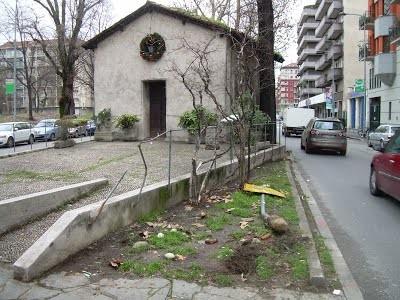 Una chiesa sullo spartitraffico